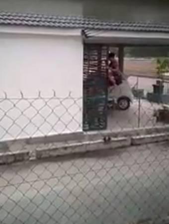 青年攀上鐵柵門,迅速進入住家車房。