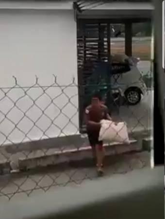 偷得枕頭的青年,迅速帶同賊贓離開。