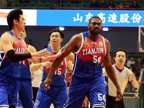 傑森馬克希爾(54號)曾經參與中國聯賽,這是他效力天津隊的檔案圖片。(互聯網)