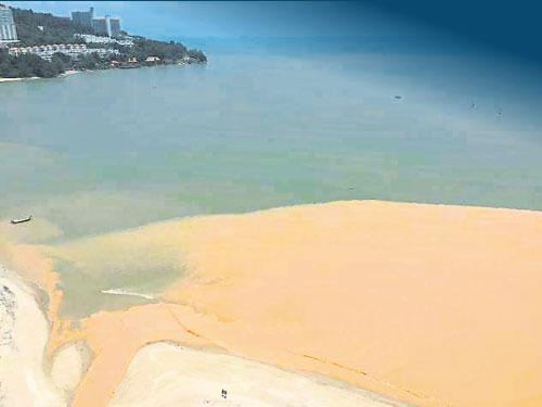 """雙溪吉輦河流被黃泥污染的照片,""""黃河之水""""還往海中流。(圖取自Penang Hills Watch)"""