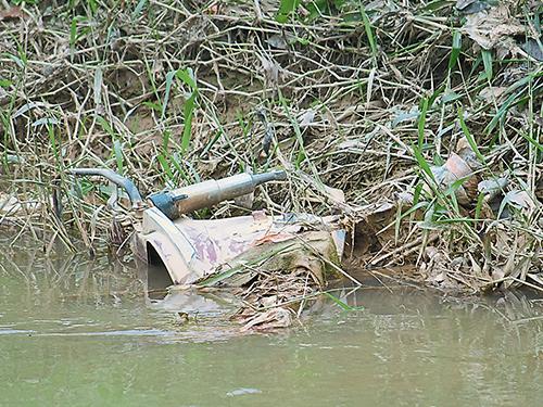 其中一架摩哆殘骸被浸泡在河裡,並不容易被人察覺。