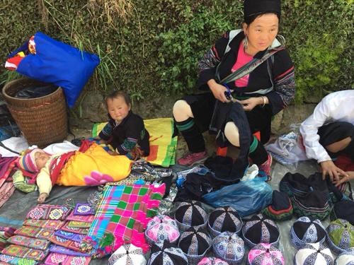 這裡的老年婦女善於創造手工藝品,如民族風格裝服、毛毯等。
