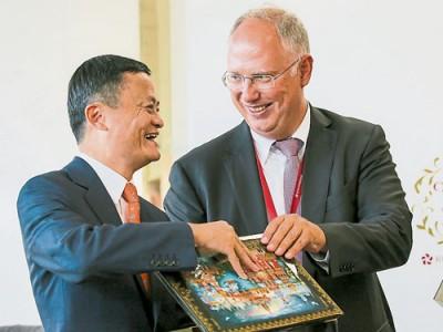 阿里巴巴創辦人馬雲(左)與俄羅斯直接投資基金總執行長奇呂,在簽約儀式后交換紀念品。