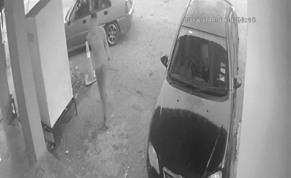 2劫匪抵達自助洗衣店后,其中1匪先進入店內,另一名同黨則在車內等待。