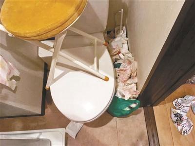 衛生間有大量用過的紙巾,馬桶蓋上還有把椅子。