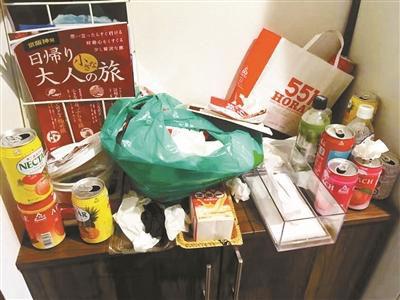 喝空的罐子丟棄在櫃子上。