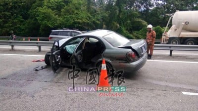日產Sentra轎車肇禍後,毀壞不堪。