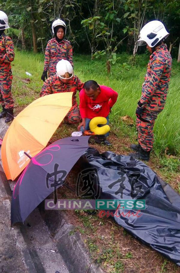 死者遺體被移出車外。