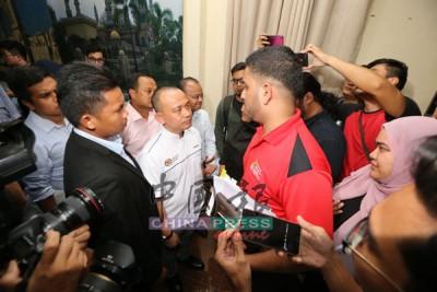 阿希阿里(右)在記者會結束后,再向馬智禮(左)表達學生訴求。