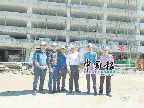 佳日星(左4)在SP齊來也房屋計劃工地召開記者會,左起為莫哈末、譚偉樑、依哲然、林正勇與林華光。