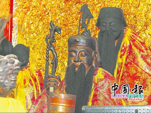 寶嶼仙岩石洞大伯公廟的兩尊大伯公,后為百年老伯公神像,前為其副神大伯公。