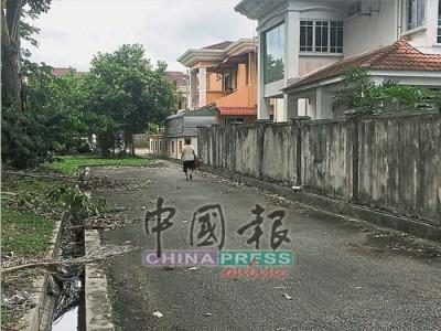 居民指匪徒搶走財物后,朝后巷逃跑。