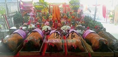 芙蓉濟公佛壇舉辦祀神活動獲得全國各州善信的大力捐贈,祭神品十分豐富。