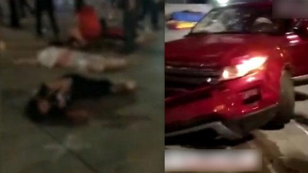 紅色SUV衝入廣場亂撞(右),多名民眾被撞傷倒地。