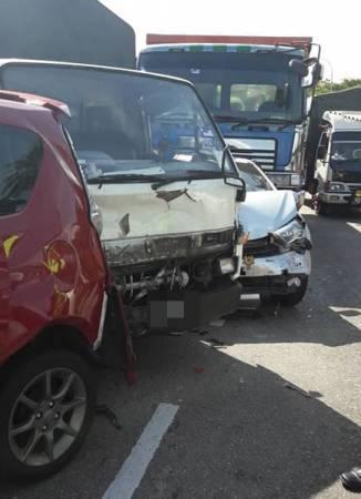 9輛轎車及羅厘撞在一起,導致有關路段嚴重阻塞。