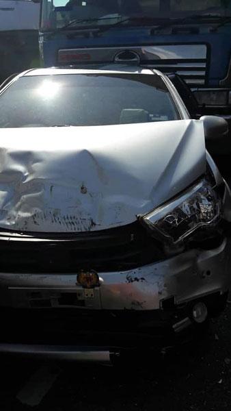其中一輛轎車車頭被撞毀。
