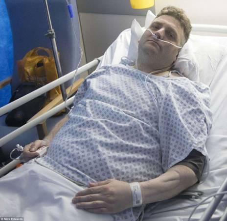 瓦爾多接受陰莖重建手術后,在醫院休養。