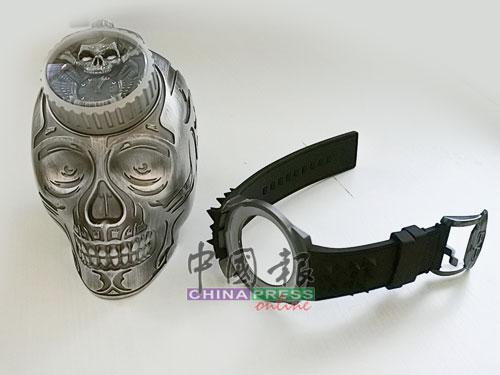 叛逆的BOMBERG一直挑戰傳統,骷髏入錶面,還配以骷髏錶座,設計令人無法不刮目相看。