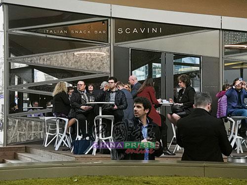 在展館的外圍設有一家家小咖啡館,那是歇息或是與人相約見面的好去處,但要耐得住初春的冷風。