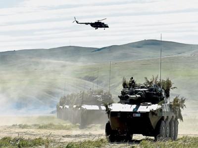 中方參演官兵在俄羅斯楚戈爾訓練場進行訓練。(新華社)