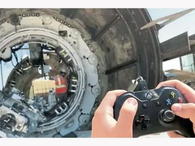 """""""無聊公司""""用Xbox遊戲把手控制大型挖洞機器。(互聯網)"""