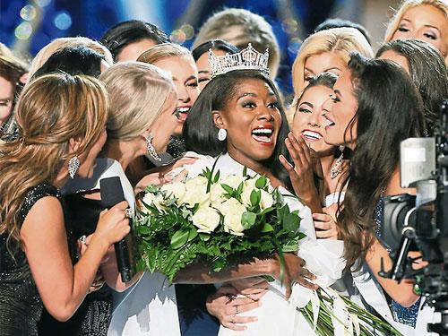 紐約州小姐富蘭克林(中)贏得今年美國小姐選美后冠。(美聯社)