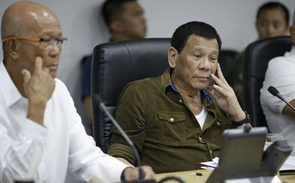 菲律賓總統迪泰特週四在災難風險縮減暨管理委員會辦公室坐鎮,聽取颱風簡報。