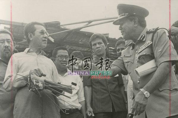 时任首相马哈迪也到场视察和慰问灾黎。
