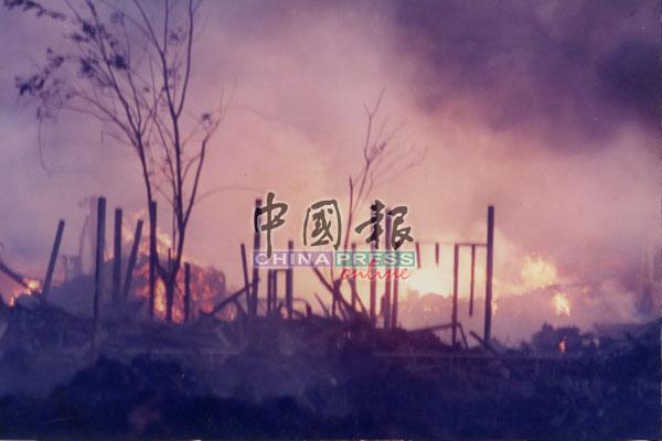 第三次爆炸最为严重,几层楼高的火焰冲天而起,就连毗邻的工厂和民宅都逃不过被殃及。