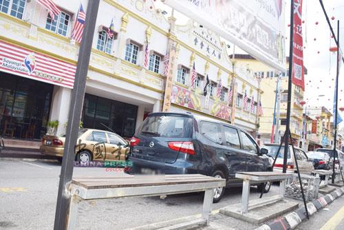 文冬文化街設立椅子讓市民遊客休息。
