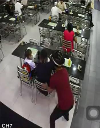 一名帶頭盔、身穿紅色上衣和長褲的男子公然闖入嘛嘛餐館搶劫。