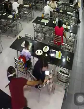 婦女發現錢包被人搶走時,及時拉住,不料卻被匪徒拖出店外。