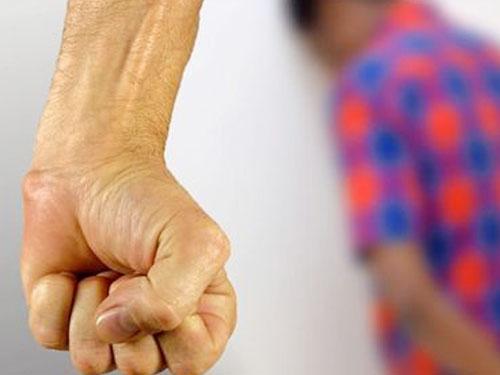 家長覺得校方懲戒太輕,最后用以暴制暴的方式報復。(示意圖)