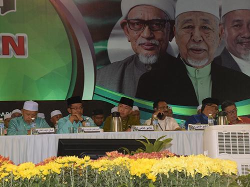 阿末扎希(左3)在聆听伊党领袖致词。