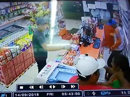 3名匪徒頭戴鴨舌帽進入店內,威脅當時一人在店內的女店員交出貴重物品。