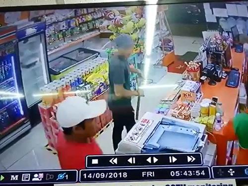其中一名匪徒手持鐵錘,相信是看見對方只是一名手無寸鐵的女店員,因此把鐵錘收起來。