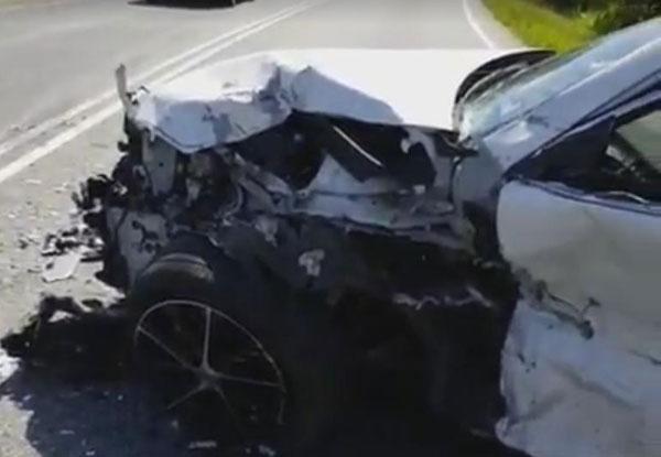 被撞的轎車車頭嚴重毀損。