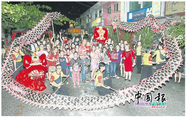 提燈籠遊行由馬青文化體育會的龍獅隊伍打頭陣,領著大夥兒繞著文墨園遊行。