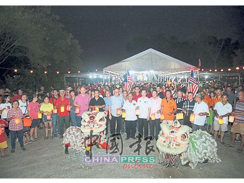 众嘉宾与民众一同提灯笼游行,共庆中秋节。