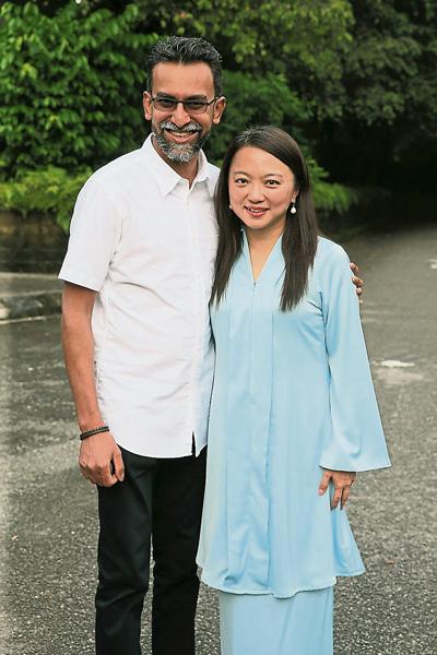 楊巧雙丈夫是印裔,她本身是華裔,因此其兩名女兒應為華印裔混血兒。