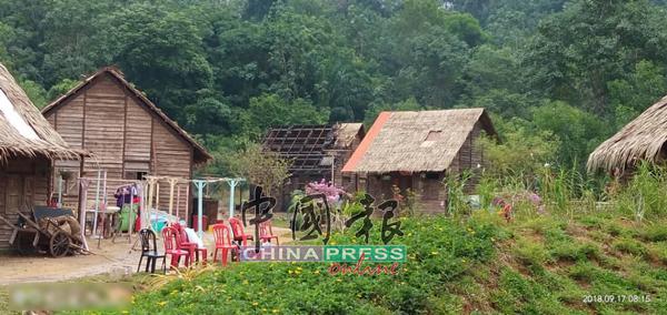 《大地回春》的逾百万片场,搭建了许多茅草木屋。