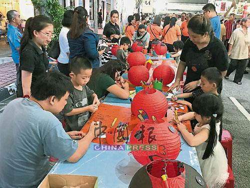 中秋节当然少不了灯笼,现场教导小朋友绘制属于自己的灯笼。