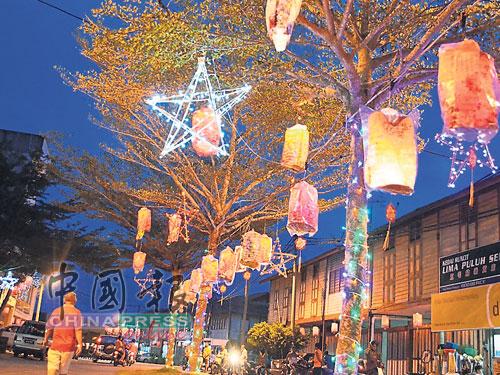 莫珍歪大街上和店铺外都已挂满灯笼和大小不一的星星挂饰,中秋气氛浓厚。