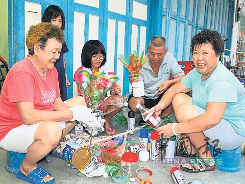 陈芳英(左)、周淑希(右起)和莫珍歪灭蚊委员会主席林世明,提倡环保手作庆中秋。