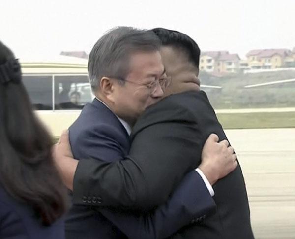 韩国文在寅抵达朝鲜平壤,朝鲜领导人金正恩给了他一个热情的拥抱。