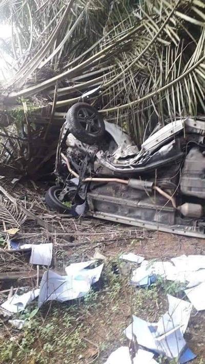 一名男子驾驶轿车失控坠下山沟,受困车内,幸被路人救出,送往医院急救。