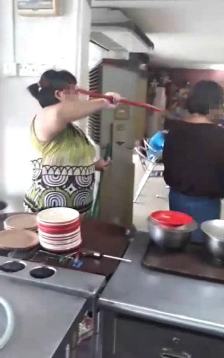 胖店员用扫把猛打老妇人的头部。