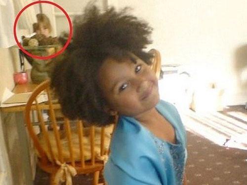 大女儿的照片中出现类似小女儿的身影(圆圈处)。