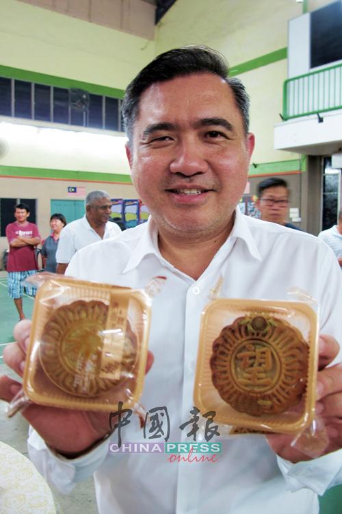 """陆兆福今年订制3500盒""""希望""""月饼,派送给选区的长者及选民。"""