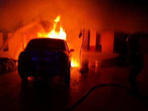 停泊在住家外的德士车头突起火,火势蔓延至住家客厅。
